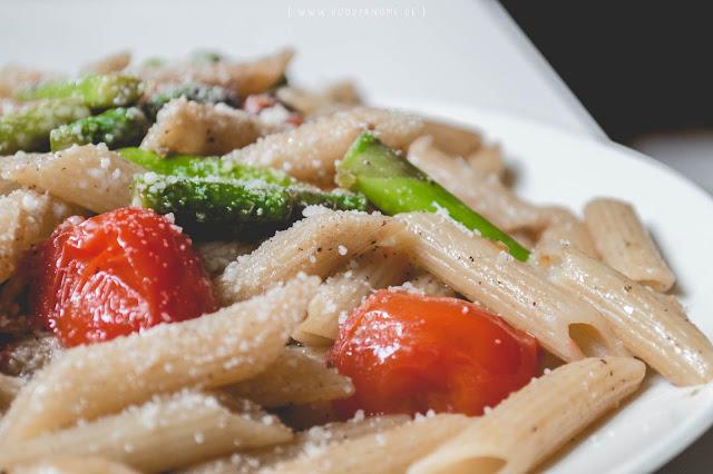 grüner Spargel, Tomaten, Pinienkerne, Olivenöl, Balsamico, Grana Padano, Pasta, Kochen, Barf, einfach, schnell, saisonal, vegetarisch