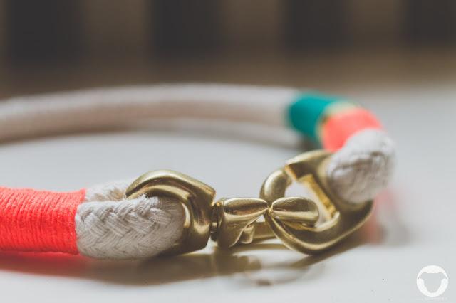 Pinscher Buddy and Me, Hundeblog, Dogblog, Hundezubehör, Tauwerk, Sommer, Meer, Halsband, Leine, handmade, Takelung, Orange Gold Grün, Momochita Design, für Hunde