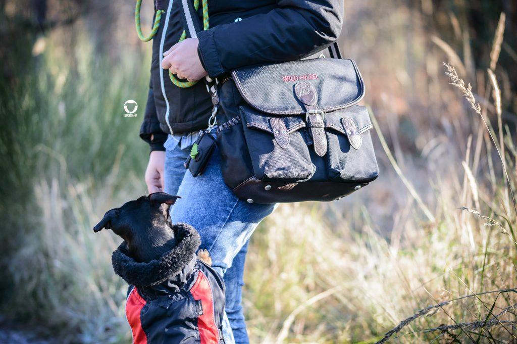 Pinscher Buddy, Buddy and Me, Hundeblog, Dogblog, Produkttest, Kooperation, Erfahrungen, Gassitasche, Wild Hazel, Outdoor, Spazieren mit Hund, Handtasche, robust, wetterfest, unterteilt, pflegeleicht, Design, Zubehör, Unterwegs mit Hund, Hundefotografie
